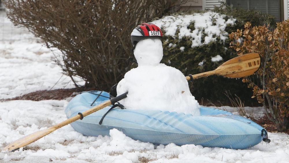 美国一个坐在皮艇里的雪人