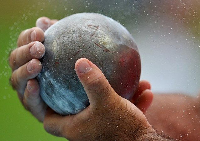 在捷克的田径比赛中一名裁判被铅球砸死