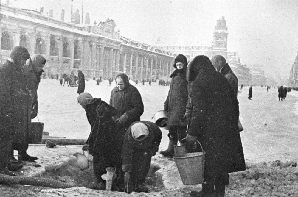 列宁格勒受围困者排队取水