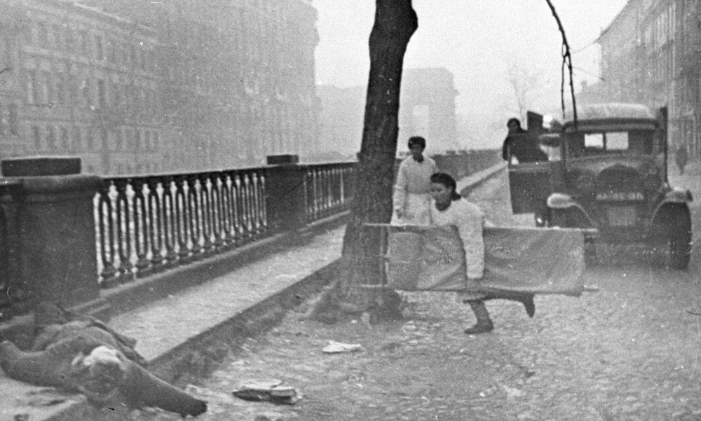 列宁格勒街头的一名护士