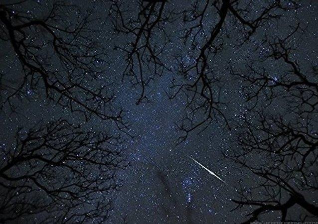 美国密歇根州居民拍到天空明亮闪光体