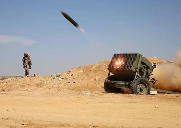胡塞武装向也门军队发射弹道导弹