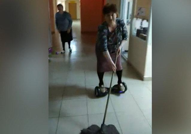 67歲老奶奶騎平衡車擦地板
