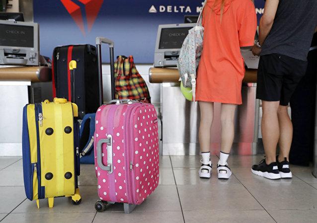 為逃避行李超額罰款,一名英國人穿10層衣服上飛機