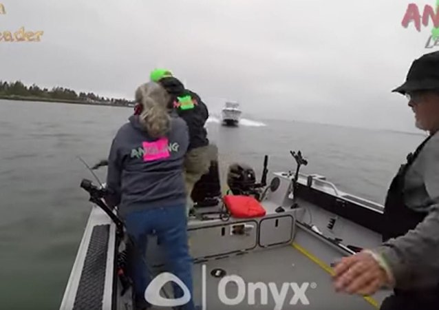 美国三名捕鱼者在快艇撞来瞬间跃入冰河逃生