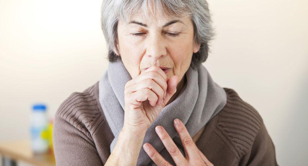 老年妇女在咳嗽