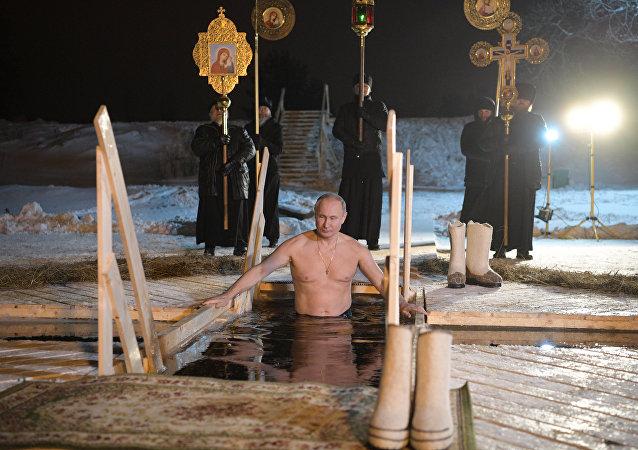 普京参加主显节沐浴 浸入谢利格尔湖的冰窟窿