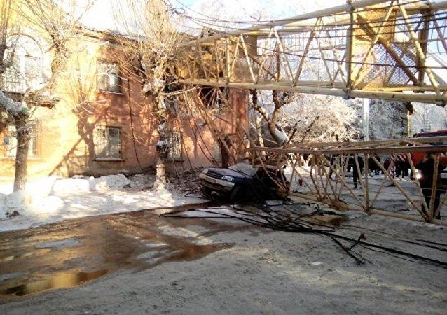 俄基洛夫塔吊砸中居民楼致一死一伤