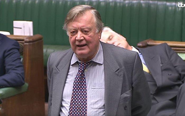 尴尬了!英国议员在脱欧辩论中睡着