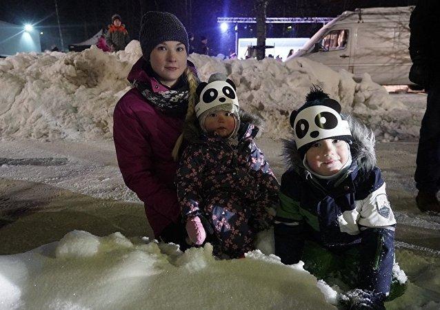 芬兰儿童戴着获赠的中国熊猫图案面具