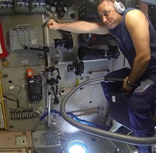 """俄宇航员在国际空间站""""乘坐吸尘器试飞"""""""