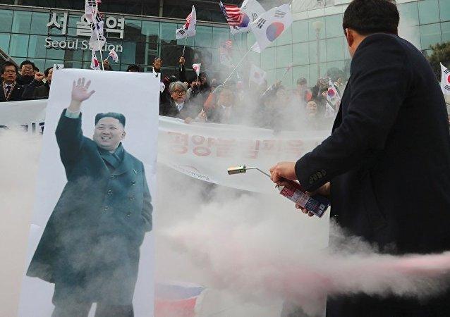 首爾示威者燒毀朝鮮國旗及其領導人金正恩的照