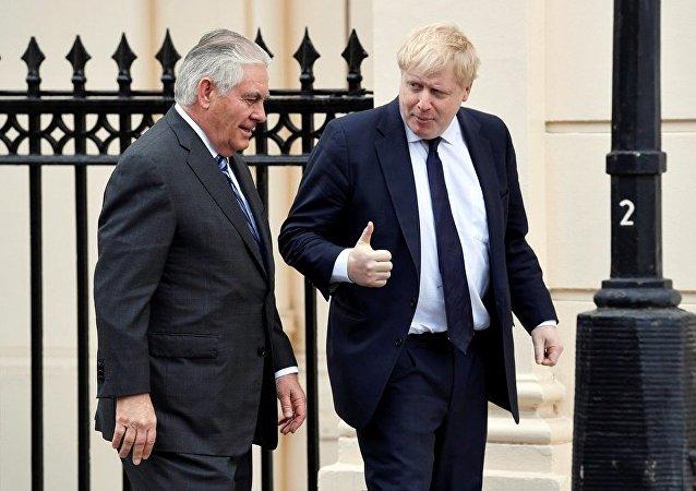 美国国务卿与英国外长就国际热点问题进行讨论