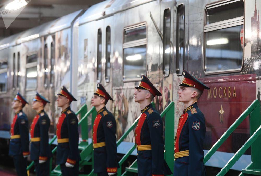 隆重的主题列车启用仪式上,主办方用军歌迎接到访宾客。