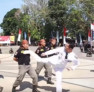 马来西亚马塔兰市市长踢警察以操练他们