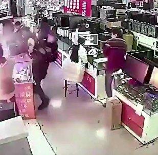 男子用牙咬iPhone电池测真假 结果当场爆炸
