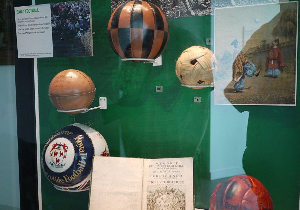 足球最早采用动物的膀胱和胃制成,后来开始使用动物皮。1970年墨西哥世界杯,阿迪达斯推出著名的电视之星黑白色块拼接球。
