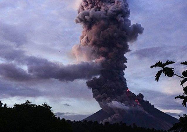 菲律賓約7.5萬人因馬榮火山爆發威脅而撤離家園