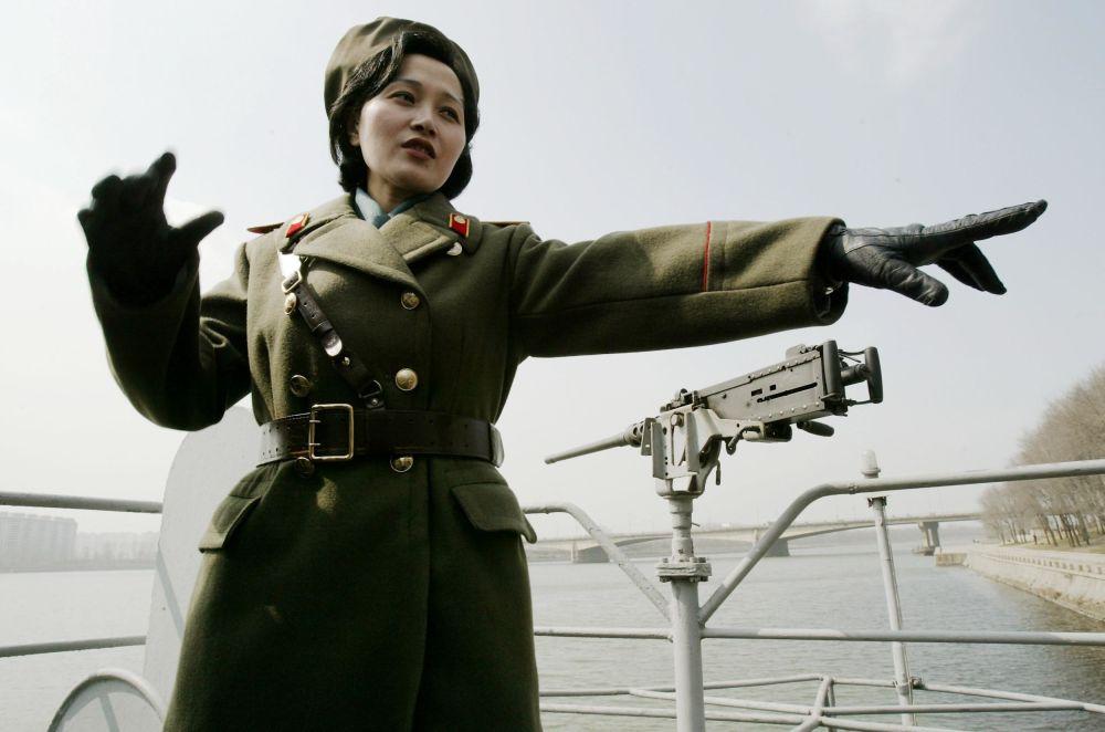 """""""普韦布洛""""号试图开向中立水域,但朝鲜军舰向其甲板开火后,它不得不投降。"""