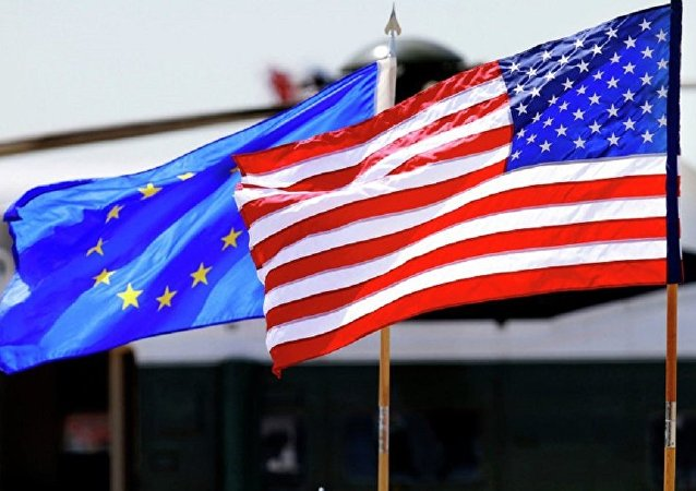 美国国旗(右)和欧盟旗帜