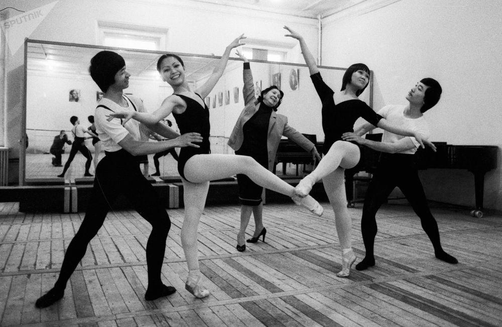 跳古典舞的越南大学生们