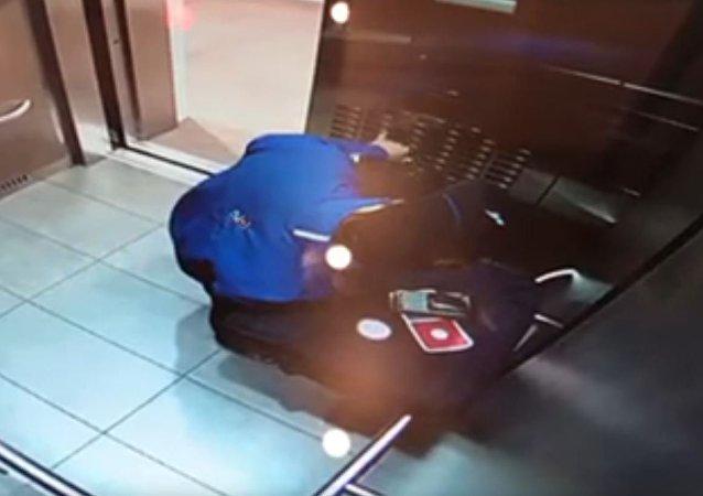 快递员吃披萨饼馅的一幕被拍下