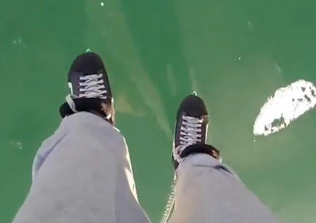 贝加尔湖成为世界上最大的滑冰场
