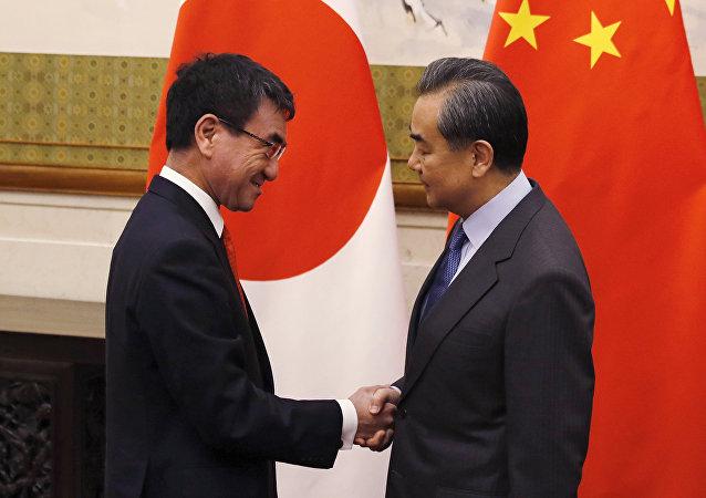 日本外相河野太郎与中国国务委员兼外交部长王毅