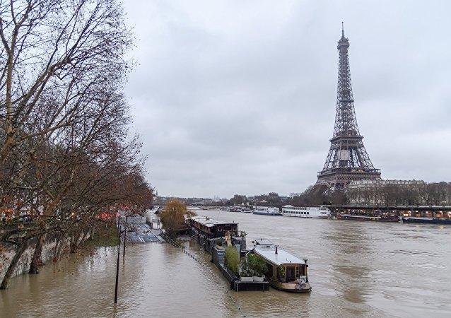 巴黎塞納河水位達峰值