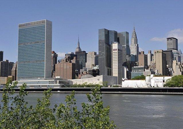 联合国大厦(左边)