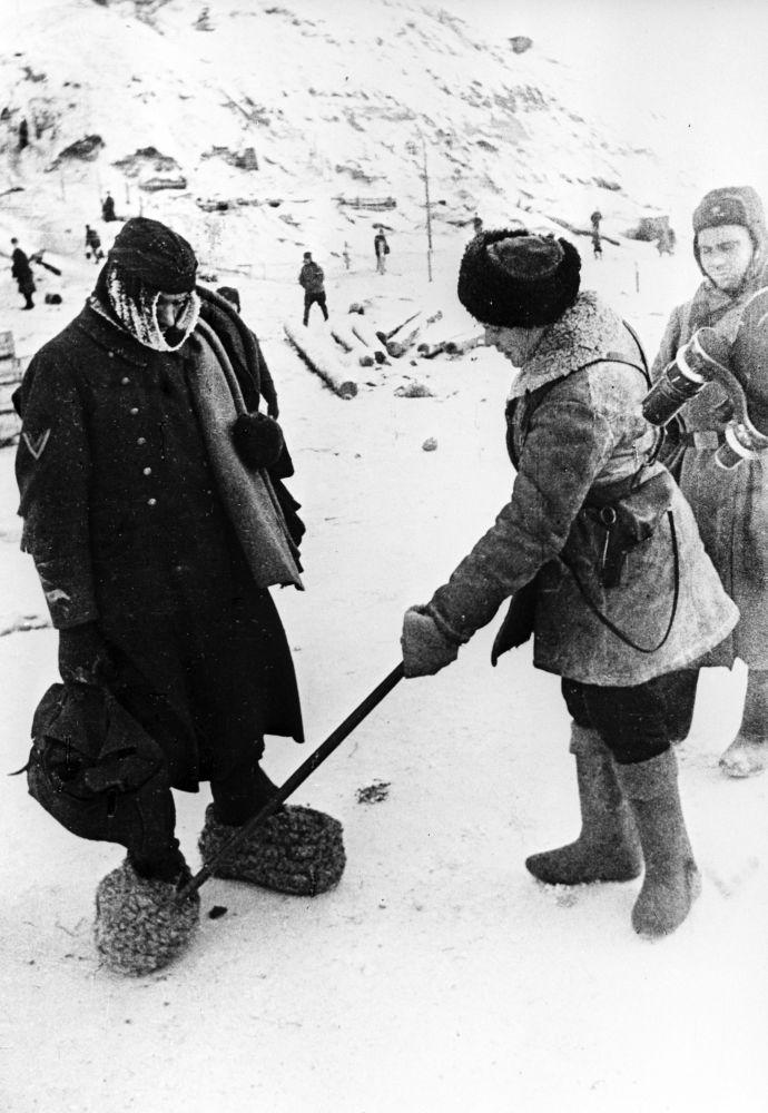 穿着自制毡靴的被俘德国士兵