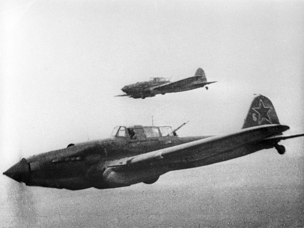 """苏联""""伊尔-2""""攻击机在斯大林格勒附近上空执行作战任务"""