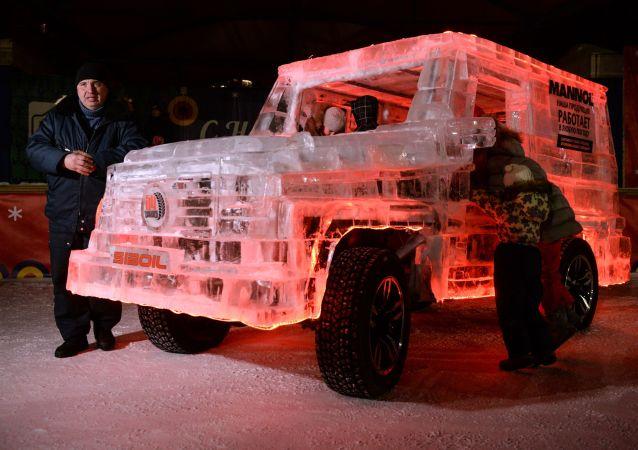 酷炫冰造汽车现俄罗斯街头博人眼球