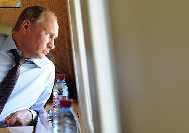 普京乘坐直升机视察顿河畔罗斯托夫的世界杯场馆