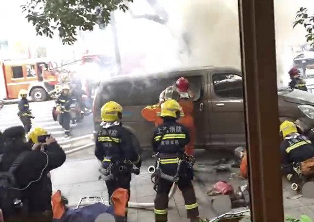 上海一车辆冲上人行道撞到行人 18人送医3人重伤