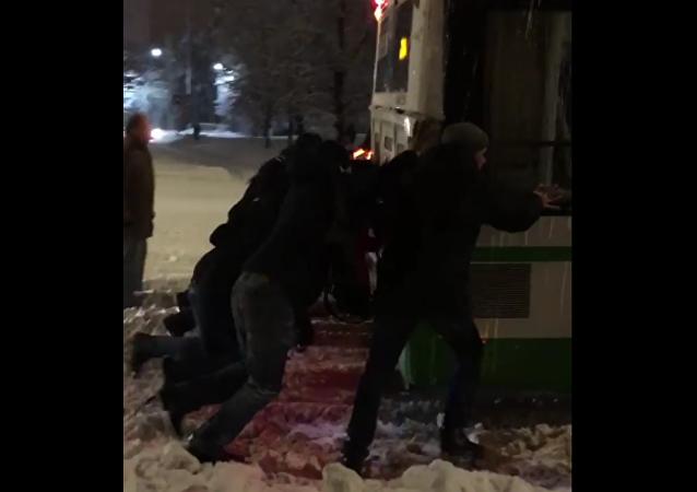 莫斯科乘客合力將公交車推出積雪路段