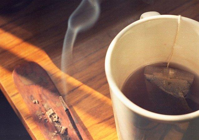 科学家:烟民和酒友喝热茶更易患食道癌