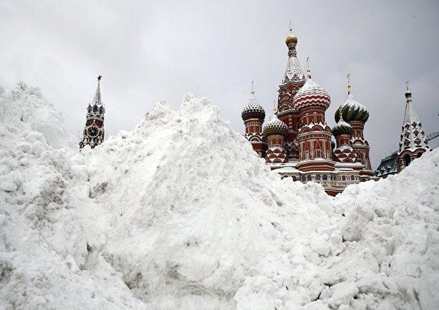 莫斯科一昼夜内拉运积雪80万立方