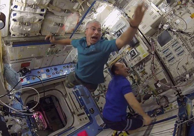 宇航员们首次国际空间站进行羽毛球比赛
