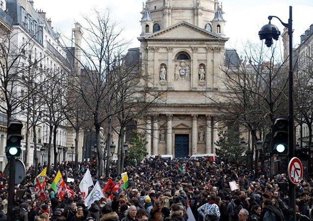法国中学生走上街头抗议教育改革