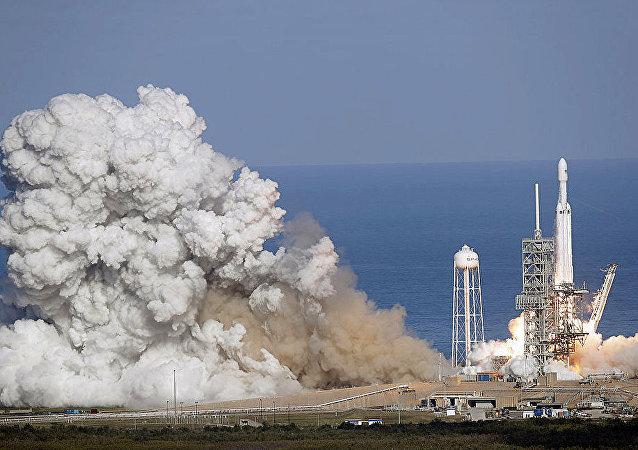 """美国""""猎鹰重型""""运载火箭在卡纳维拉尔角发射场首次发射试飞"""