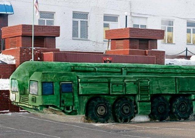 """俄囚犯制作""""白杨-M""""导弹全尺寸雪雕"""