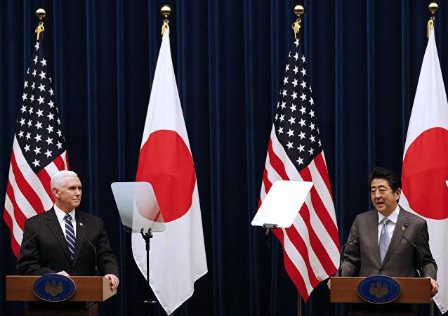 日本首相安倍晋三与美国副总统彭斯进行会面