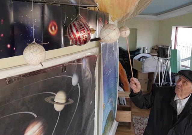 俄退休老人用锅和小马达自建天文馆