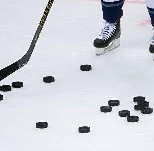 朝鲜冰球运动员带着过时的木制冰球棍参加平昌冬奥会