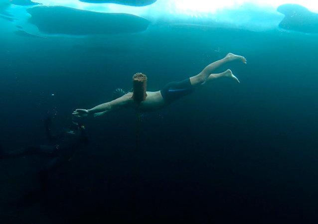 贝加尔湖冰下极限游泳