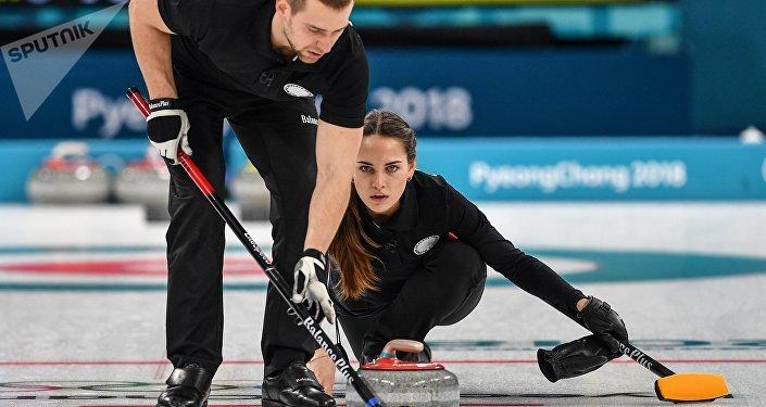 俄罗斯冰壶选手亚历山大·克鲁舍利尼茨基与阿纳斯塔西娅·布雷兹加洛娃