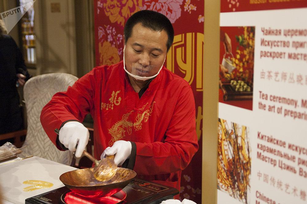 古姆商場喜迎中國新年活動上展示中國民間藝術「糖畫」