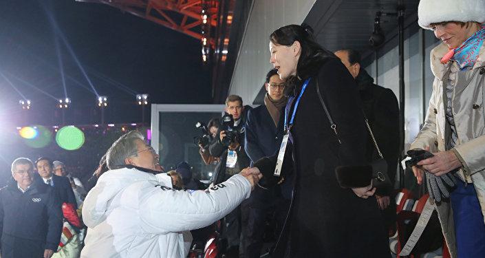 韩国总统在冬奥会开幕式上与朝鲜领导人胞妹握手