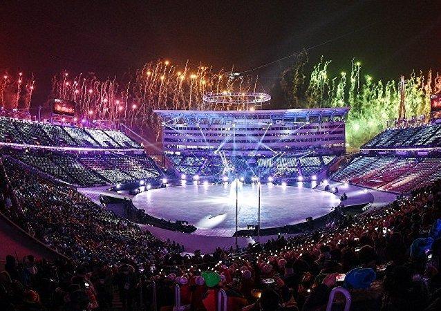 一名美国公民在冬奥会开幕式看台上展开俄罗斯国旗